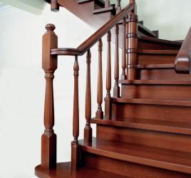Классическая деревянная лестница 2