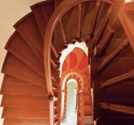 Классическая деревянная лестница 4