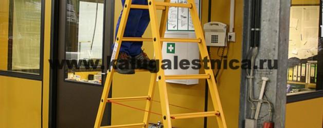 Полностью диэлектрическая двухсторонняя лестница-стремянка с перекладинами