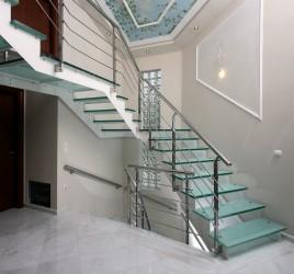 Классическая металлическая лестница 1