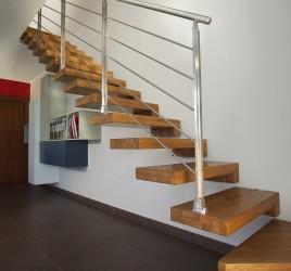 Открытая деревянная лестница