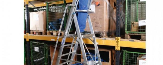 Лестница-стремянка, оборудованная большой платформой и дугой безопасности